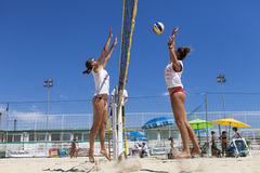Jugadores de voleibol de playa de las mujeres Ataque y defensa Imagenes de archivo