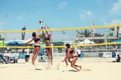Jugadores de voleibol de playa de las mujeres Ataque y defensa Fotografía de archivo
