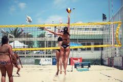 Jugadores de voleibol de playa de las mujeres Ataque y defensa Imágenes de archivo libres de regalías