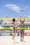 Jugadores de voleibol de playa de las mujeres Ataque y defensa Imagen de archivo