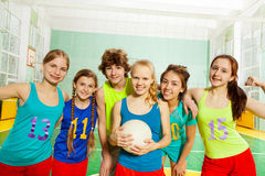 Jugadores de voleibol felices que celebran una victoria Imágenes de archivo libres de regalías
