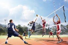 Jugadores de voleibol profesionales en la acción en la corte Imagen de archivo
