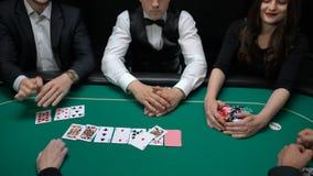 Jugadores del casino que muestran las manos y el juego que gana de la mujer, concepto de la división de la propiedad almacen de video