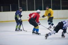 Jugadores del deporte del hockey sobre hielo Fotos de archivo