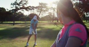 Jugadores del golfista que juegan a golf almacen de metraje de vídeo