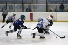 Jugadores del hockey sobre hielo en action-3 imagen de archivo libre de regalías