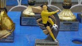 Jugadores del premio del trofeo en un equipo de fútbol para la participación en la liga de los campeones almacen de metraje de vídeo