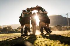 Jugadores del rugbi que disfrutan la victoria imagen de archivo