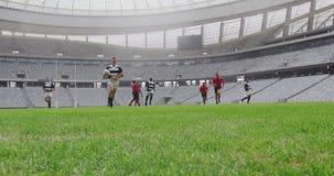 Jugadores del rugbi que juegan el partido del rugbi en el estadio 4k metrajes