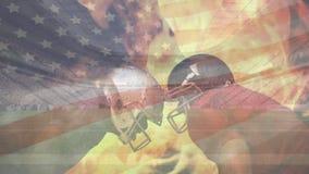 Jugadores del rugbi que se colocan comparativos con el fuego animado ardiente y la bandera americana que agita en el backg stock de ilustración