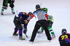 Jugadores en la acción en el final del hockey sobre hielo del Copa del Rey Imágenes de archivo libres de regalías