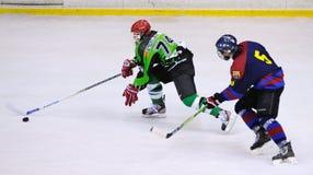 Jugadores en la acción en el final del hockey sobre hielo del Copa del Rey Fotografía de archivo libre de regalías