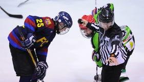 Jugadores en la acción en el final del hockey sobre hielo del Copa del Rey (taza española) Imagenes de archivo