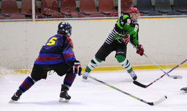 Jugadores en la acción en el final del hockey sobre hielo del Copa del Rey (taza española) Fotografía de archivo libre de regalías