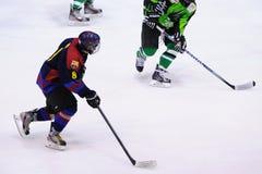 Jugadores en la acción en el final del hockey sobre hielo del Copa del Rey (taza española) entre F C Barcelona y Jabac Terrassa Fotografía de archivo