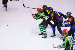 Jugadores en la acción en el final del hockey sobre hielo del Copa del Rey (taza española) entre F C Equipos de Barcelona y de Ja Fotos de archivo