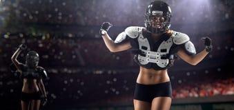 Jugadores femeninos del fútbol americano en la acción Fotos de archivo