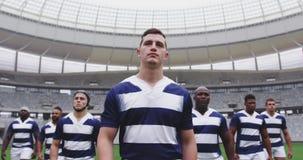 Jugadores masculinos del rugbi que caminan junto en el estadio 4k almacen de video