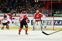 Jugadores Metallurg (Novokuznetsk) y Donbass (Donetsk) del hockey sobre hielo Imagen de archivo libre de regalías