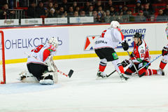 Jugadores Metallurg (Novokuznetsk) y Donbass (Donetsk) del hockey sobre hielo Foto de archivo