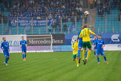 Jugadores no identificados en la acción durante el juego de fútbol Fotografía de archivo