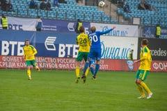 Jugadores no identificados en la acción durante el juego de fútbol Imagen de archivo libre de regalías