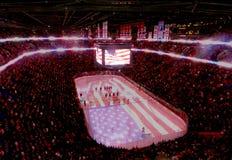 Jugadores profesionales de los E.E.U.U. del hockey del NHL (Estados Unidos) y banderas de los E.E.U.U. Fotografía de archivo