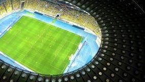 Jugadores que entrenan al partido de fútbol, preparación antes del campeonato, visión aérea almacen de metraje de vídeo