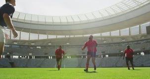 jugadores que juegan el partido del rugbi en el estadio 4k almacen de metraje de vídeo