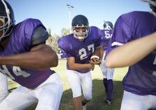 Jugadores que juegan a fútbol americano en campo Foto de archivo