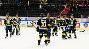 Jugadores SSK felices después de que ganaran el partido del hockey sobre hielo con 3-2 en hockeyallsvenskan entre SSK y MODO Imagenes de archivo