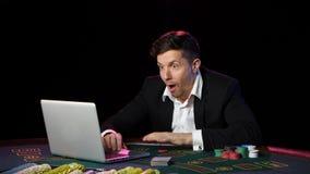 Jugadores y triunfos de póker en línea Cierre para arriba metrajes