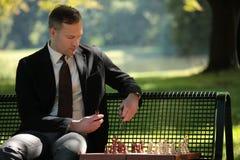 Jugando a ajedrez al aire libre imagen de archivo