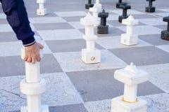 Jugando a ajedrez al aire libre Foto de archivo