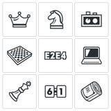 Jugando el ajedrez y los iconos modernos de la tecnología fijados Ilustración del vector libre illustration