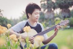 Jugando, estilo de la guitarra de la Finger-cosecha Imagen de archivo
