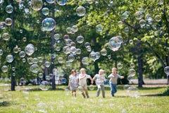 Jugando a juegos activos al aire libre Foto de archivo