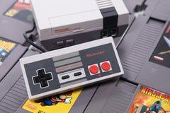 Jugando a juegos de NES en el NES mini imagen de archivo