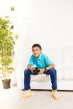 Jugando a juegos en casa Imagen de archivo libre de regalías