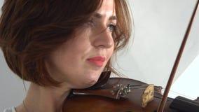 Jugando la digitación de la muchacha del violín las secuencias Cierre para arriba Fondo blanco metrajes