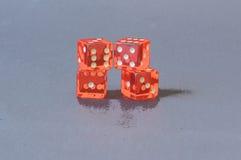 Jugando la naranja corta en cuadritos Imágenes de archivo libres de regalías
