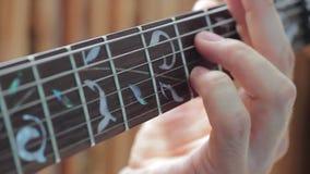 Jugando los fingeres del fingerboard de la guitarra eléctrica de su mano izquierda chords almacen de video