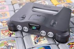 Jugando y recogiendo a los videojuegos retros imagenes de archivo