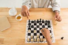 Jugar a ajedrez Fotos de archivo libres de regalías