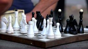 Jugar a ajedrez en modo de los bombardeos almacen de metraje de vídeo