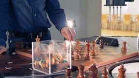 Jugar a ajedrez por un brazo robótico con un jugador de ajedrez almacen de video