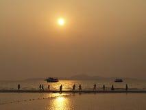 Jugar al balompié en la playa Foto de archivo libre de regalías