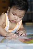 Jugar al bebé foto de archivo