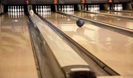 Jugar al bowling Imagenes de archivo