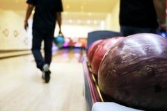 Jugar al bowling Imagen de archivo libre de regalías